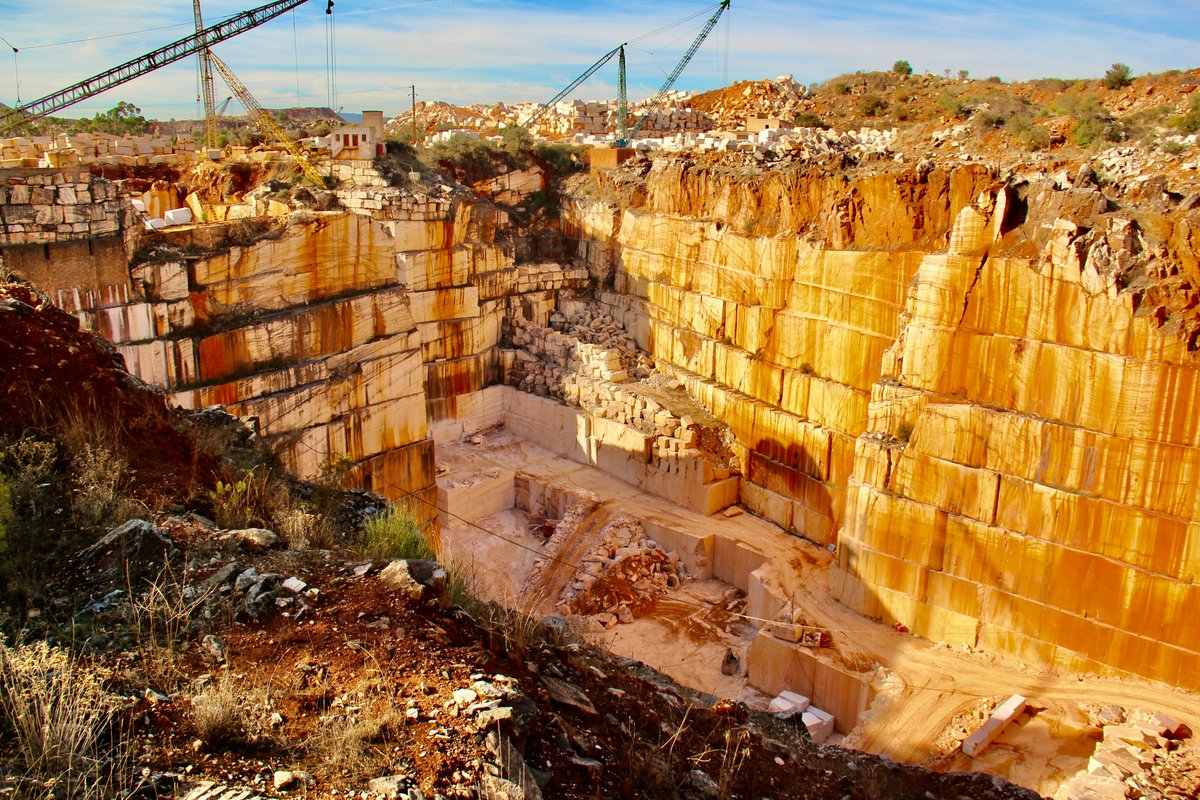 Golden scenery!  #rotadomarmoreae #alentejo #visitalentejo #borba #estremoz #vilaviçosa #marble #quarry #industrial #nature #travel #visitportugal
