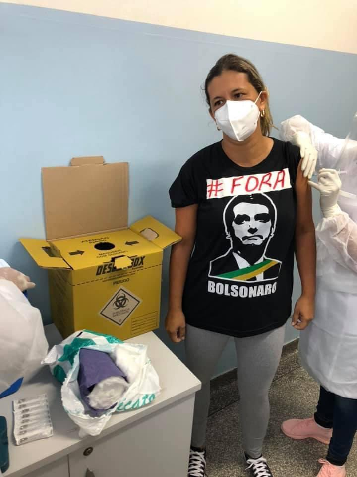 Ontem, a minha irmã, que é enfermeira em Corumbá, MS, sofreu pressão para retirar das redes sociais a foto dela tomando a 1ª dose da CoronaVac. A imagem é dedicada à memória das mais 212 mil pessoas mortas pela Covid, incluindo colegas de trabalho. https://t.co/zGP2QwkKc8