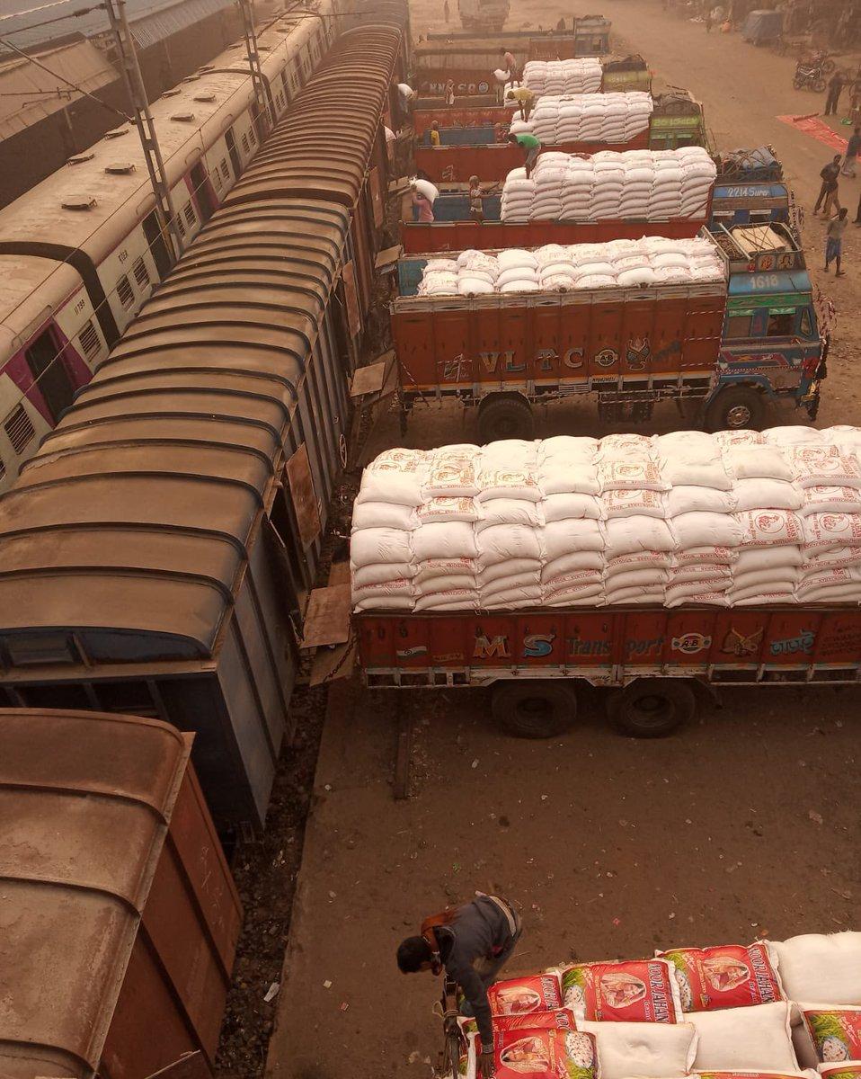 Exporting Farm Produce, Augmenting Farmers' Income: Railways 🚆 loaded 42 wagons of rice from Tarakeswar, West Bengal to Darsana in 🇧🇩  निर्यात द्वारा किसानों की आय वृद्धि हेतु रेलवे ने प.बंगाल के तारकेश्वर से दर्शना, बांग्लादेश के लिये 42 वैगन चावल लोड किये।  #MoveItLikeRailways