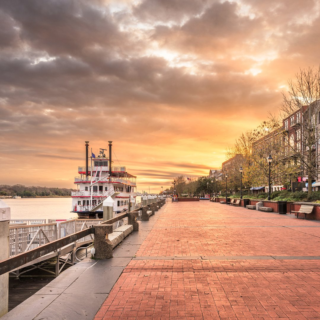 There are over 21 colors in a Riverwalk sunset. #VisitSavannah #21DaysOfTheDeSoto https://t.co/hpoCNzsrvG