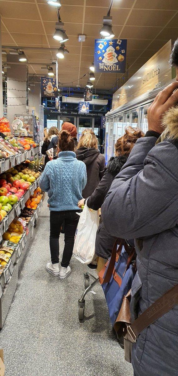 17h50 Paris le rush pour faire les courses. Comment transformer un magasin en couveuse à  covid ! Merci @JeanCASTEX  pour #CouvreFeu18h00