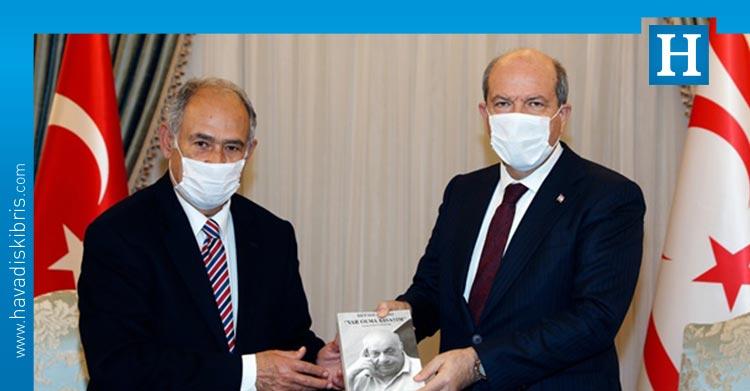"Güvenir, ""Rauf Raif Denktaş 'Var olma savaşım'"" kitabını Tatar'a sundu https://t.co/eRMIkr5vZp https://t.co/GsdsPIY243"