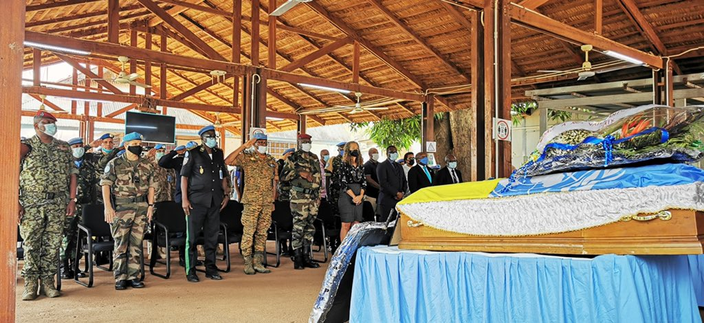 #MINUSCA, on 20 Jan.21 held a memorial ceremony for 2 #peacekeepers who lost their lives on duty - Sergeant Nsabimana (#Rwanda 🇨🇫) fell during an attack by armed groups in PK12, #Bangui on 13 Jan.; Master Corporal Ndikumana (#Burundi🇧🇮) died in action in Grimari, #CAR on 15 Jan.