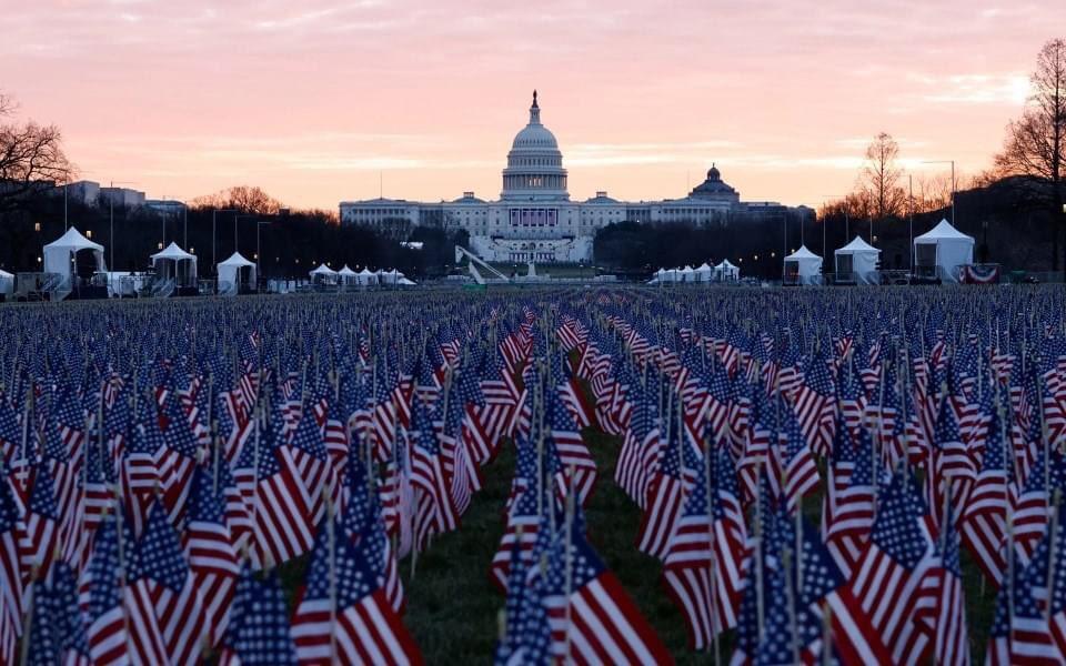 آلاف الأعلام الأميركية في مكان حفل تنصيب جو #بايدن للرئاسة لتمثيل الأشخاص غير القادرين على السفر إلى #واشنطن لحضور الحفل سبب فيروس #كورونا.