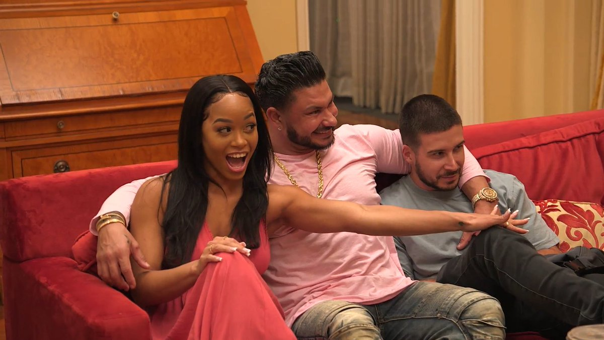 🗣 SOMEBODY'S WIFEY'S COMING TO TOWN!!   @DJPaulyD's bringing Nikki to meet the fam... while Angelina and Deena come face-to-face on tonight's new episode of @JerseyShore Family Vacation! 👀
