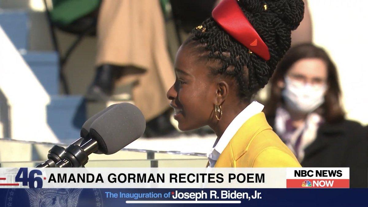 """Amanda Gorman recita agora seu poema """"A colina que nós subimos"""".   Ela, aos 22 anos, é a mais jovem poetisa a recitar seu poema numa posse presidencial.   #Inauguration"""
