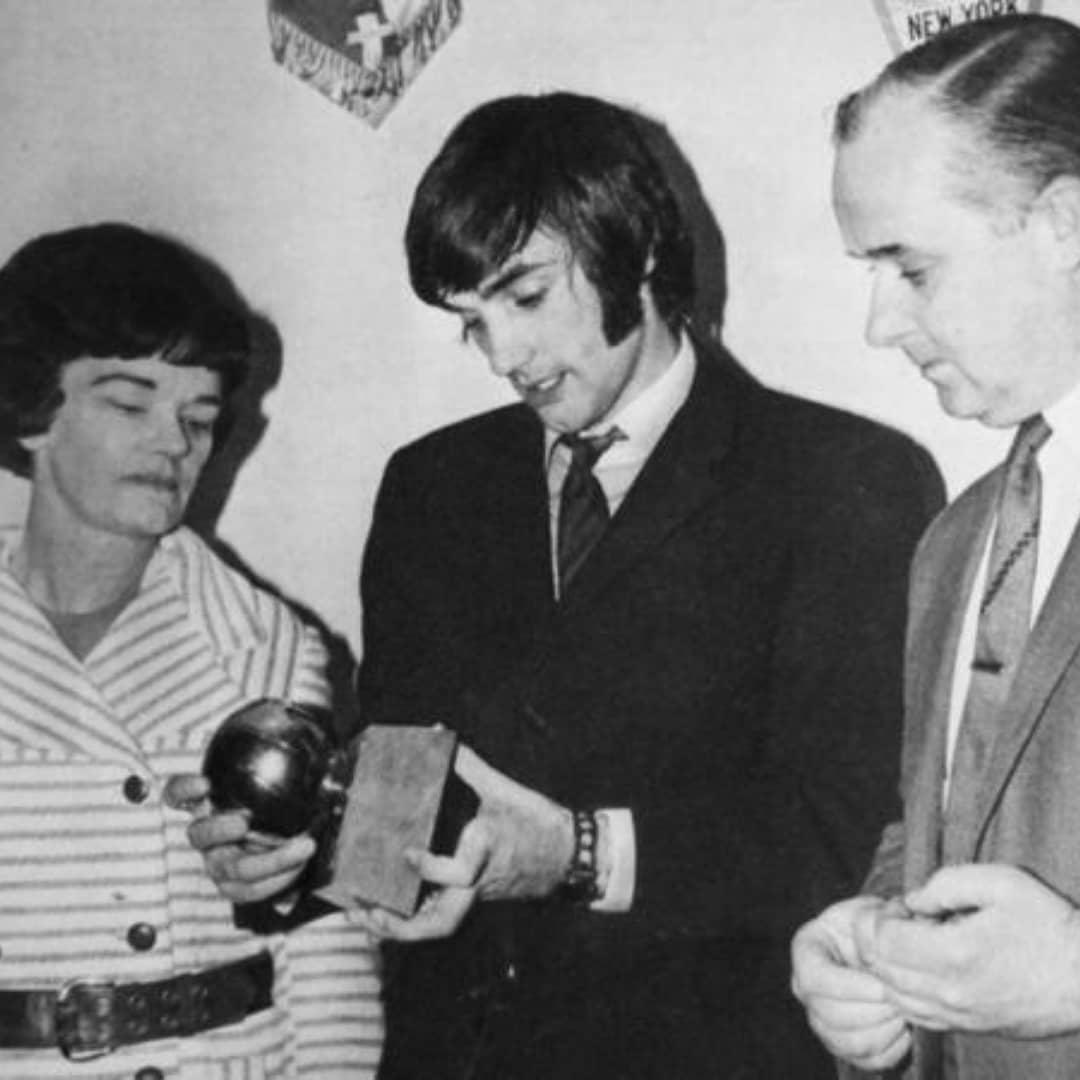 1968, George Best mostra il suo pallone d'oro ai genitori Dickie e Anne Best. . . . #iconicsportmoments #iconic #GeorgeBest #manutd #manutdfans #calcio #calcioinglese #ballondor #pallonedoro #toty #manchesterunited #OldTrafford #MUFC #vanpersie #Ronaldo #cristiano #cr7