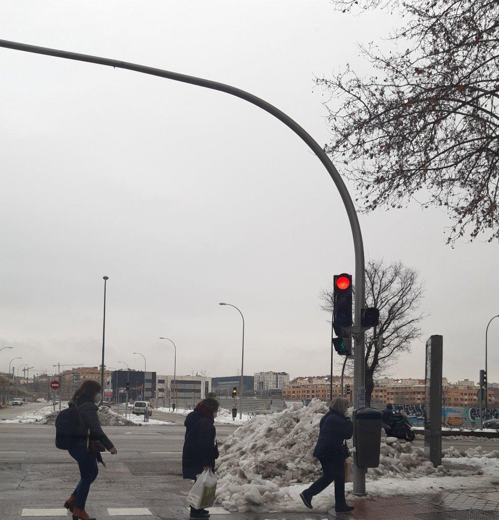 Madrid 14 días después de la nevada. Madre mía la de nieve que queda aún en Madrid, y la cantidad enorme se árboles rotos en la ciudad. 😵 #MadridNevado