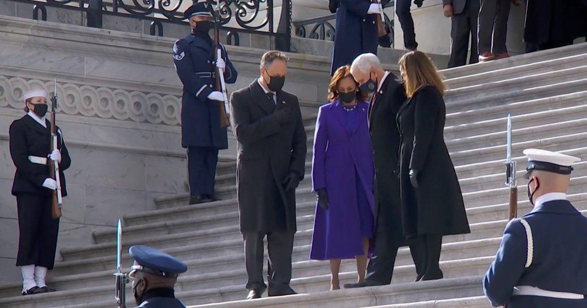 El exvicepresidente de #EstadosUnidos, #MikePence,  abandona el #Capitolio tras charlar con la vicepresidenta #KamalaHarris   #InaugurationDay