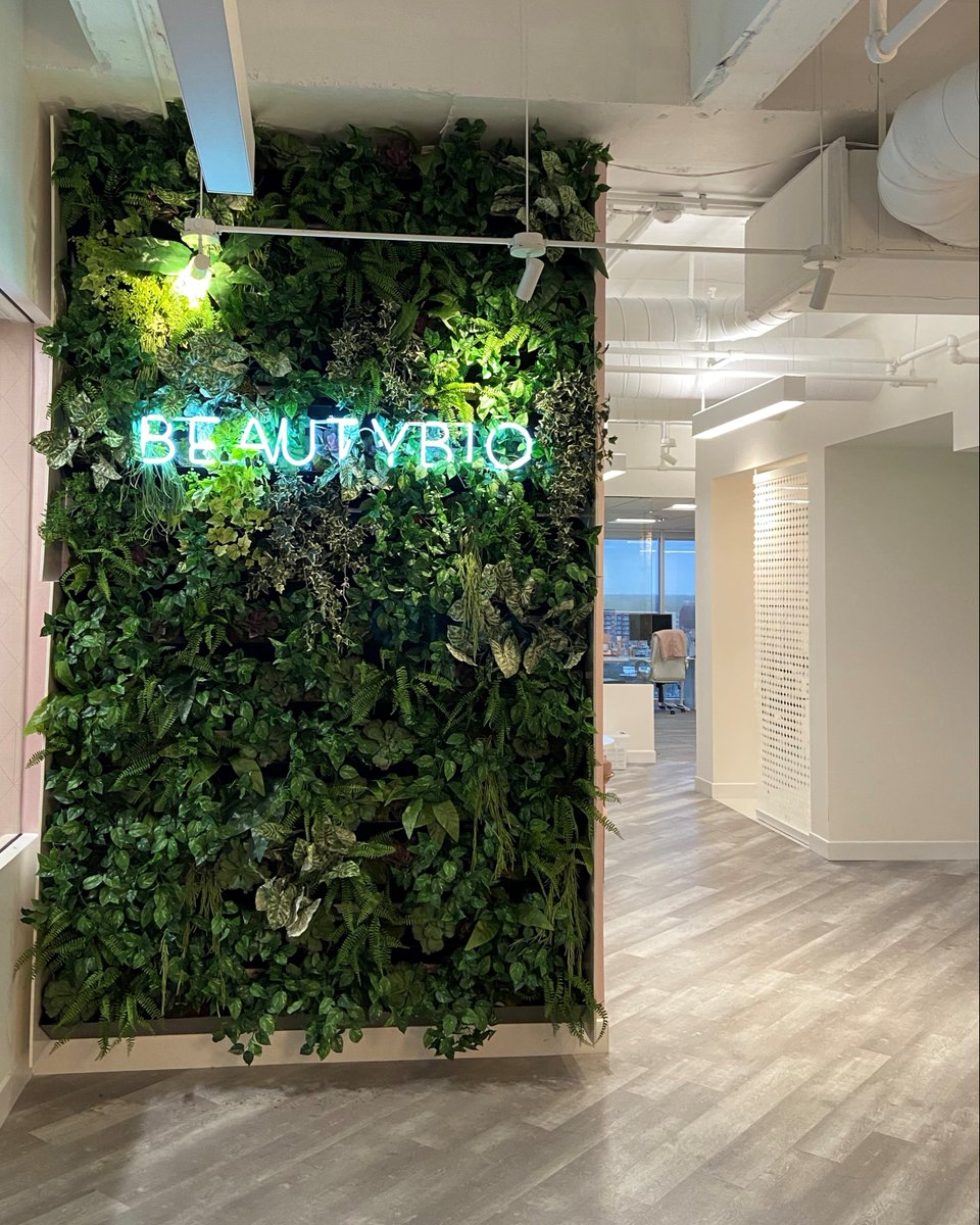Faux plant walls can look just as fresh and fabulous as live ones!🌿  #stayPLANTED #KEEPitREAL #PEOPLETHRIVE #Natura #greenwall #livingwall #verticalgarden #greenwalldesign #verticalwalldesign #plantart #plantdesign #plantpeople #plantlovers #plantsmakepeoplehappy #plants