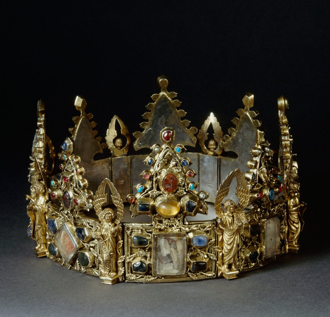 [#WorkOfTheDay] The reliquary crown was offered to the Dominican convent of Liège by the French king Saint Louis. It is composed of eight floral plates enhanced with precious stones and stamped oak leaves separated by  angels.  ☛  #DecorativeArts