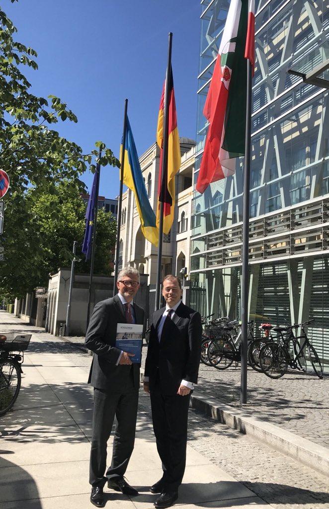 Im Anschluss an den Wahlsieg von Ministerpräsident @ArminLaschet @landnrw als neuer @CDU-Vorsitzender haben wir uns mit Staatssekretär Dr. Mark Speich darüber ausgetauscht, wie die 🇺🇦🇩🇪Partnerschaft 2021 ausgebaut werden sollte. Danke lieber @markspeich für Ihre Unterstützung! https://t.co/g6Pwxnwg5o