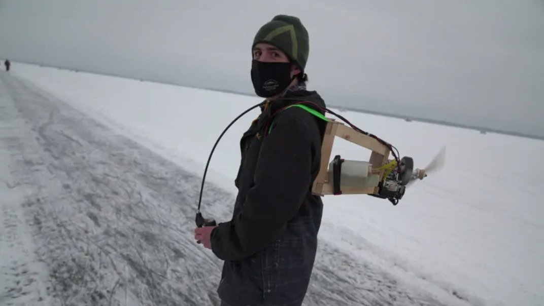 "BlackBerry QNX developer Brydon Gibson constructed a home-made ""jetpack"" capable of propelling him on skates up to 40km/h across the frozen Ottawa river. Learn more: https://t.co/llJFWMMrrp https://t.co/DEkQDrjiEE"