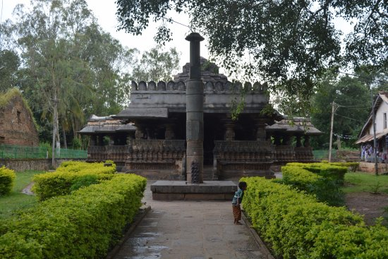 #ExploreIndia #Haveri, gateway to North Karnataka, has a rich cultural heritage of  bygone era, ancient temples, old tanks, bird sanctuary- all adding up to its unique charm. Hometown of one of greatest poets, Kanaka Dasa, #Haveri is famous for Byadagi red chillies.📸 TripAdvisor