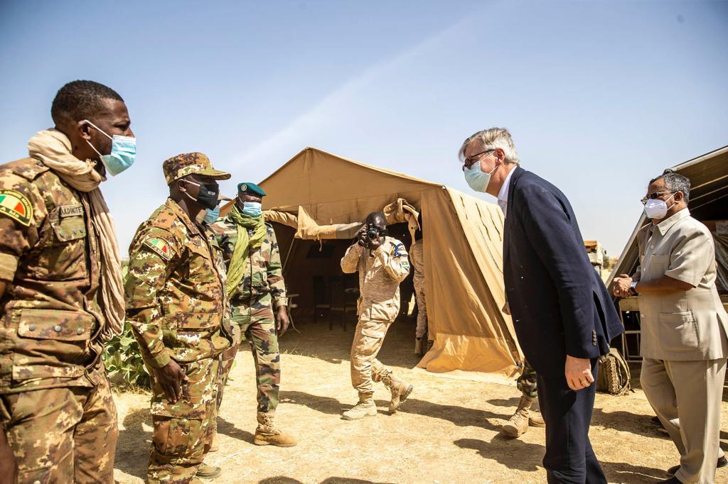 Avant de s'entretenir avec les autorités civiles locales, les responsables onusiens ont égalemt eu une réunion avec les Cdts des #FDSM de la localité au cours de laquelle ils se st félicités de la bonne coop. qui existe sur le terrain entre les #FAMa et les troupes de la MINUSMA.
