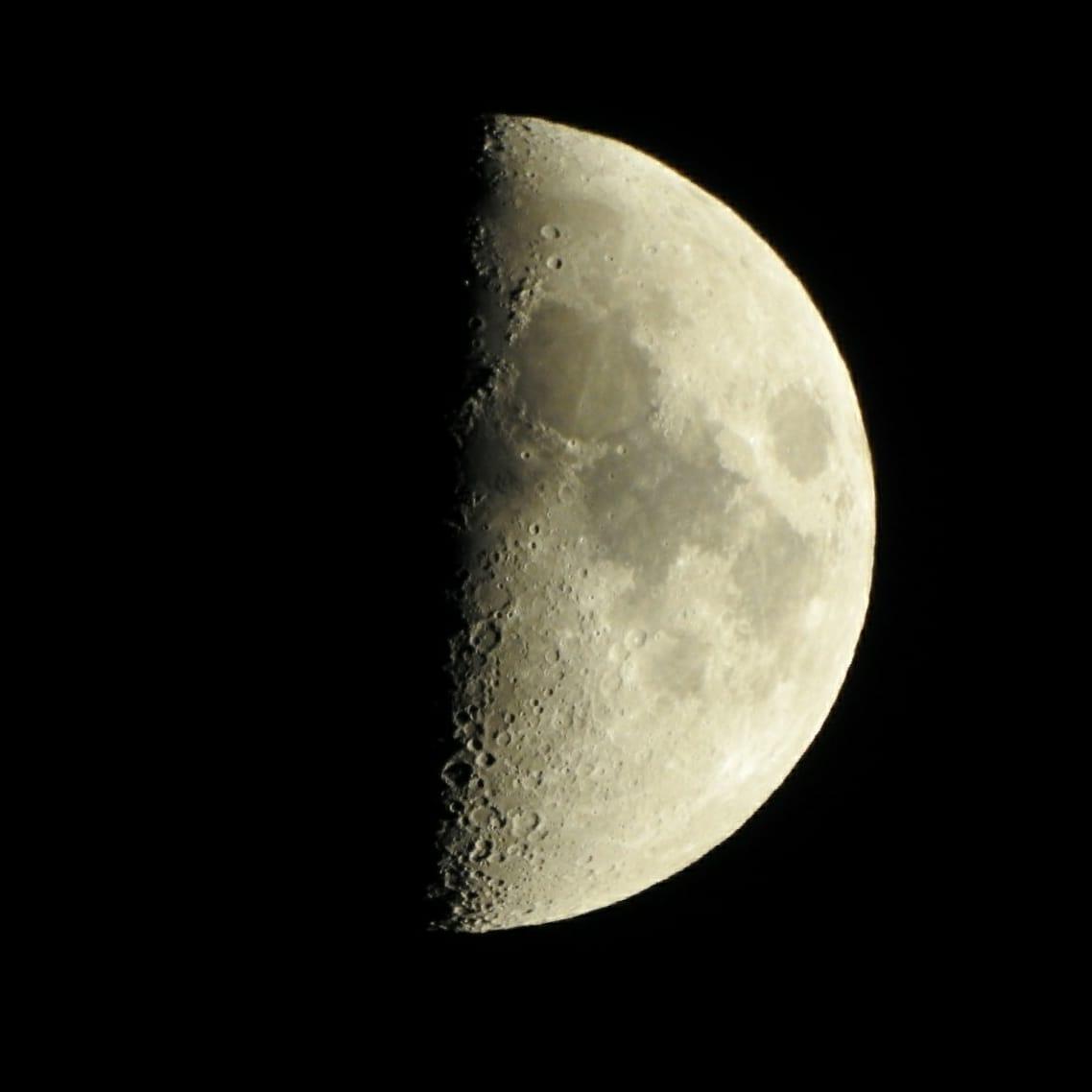 Se ve apenas la mitad pero es 100% espectacular... . . #CostaRica 🇨🇷 #nofilter #Nikon #CoolpixP900 #selenophile #selenofilia #luna #moon #myview #telephoto