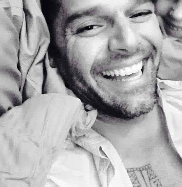 La sonrisa más bella es la de @ricky_martin y está acompañado por... Quién lo reconoce?  #RickyMartin #PausaPlay #Pausa #FamiliaVioleta #Argentina #FamiliaElite #MiSangre #Quiéreme #Simple #CaeDeUna #Recuerdo #Cántalo #Tiburones #TiburonesRemix