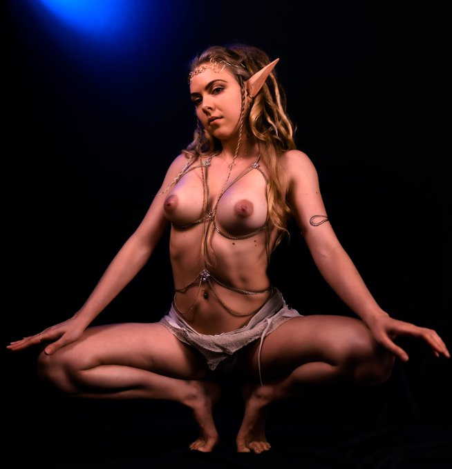 This night elf is finally on for her yoga!  -  Click to watch LIVE NOW: https://t.co/ZHtrDTtnj9  -  @R_sidney_V