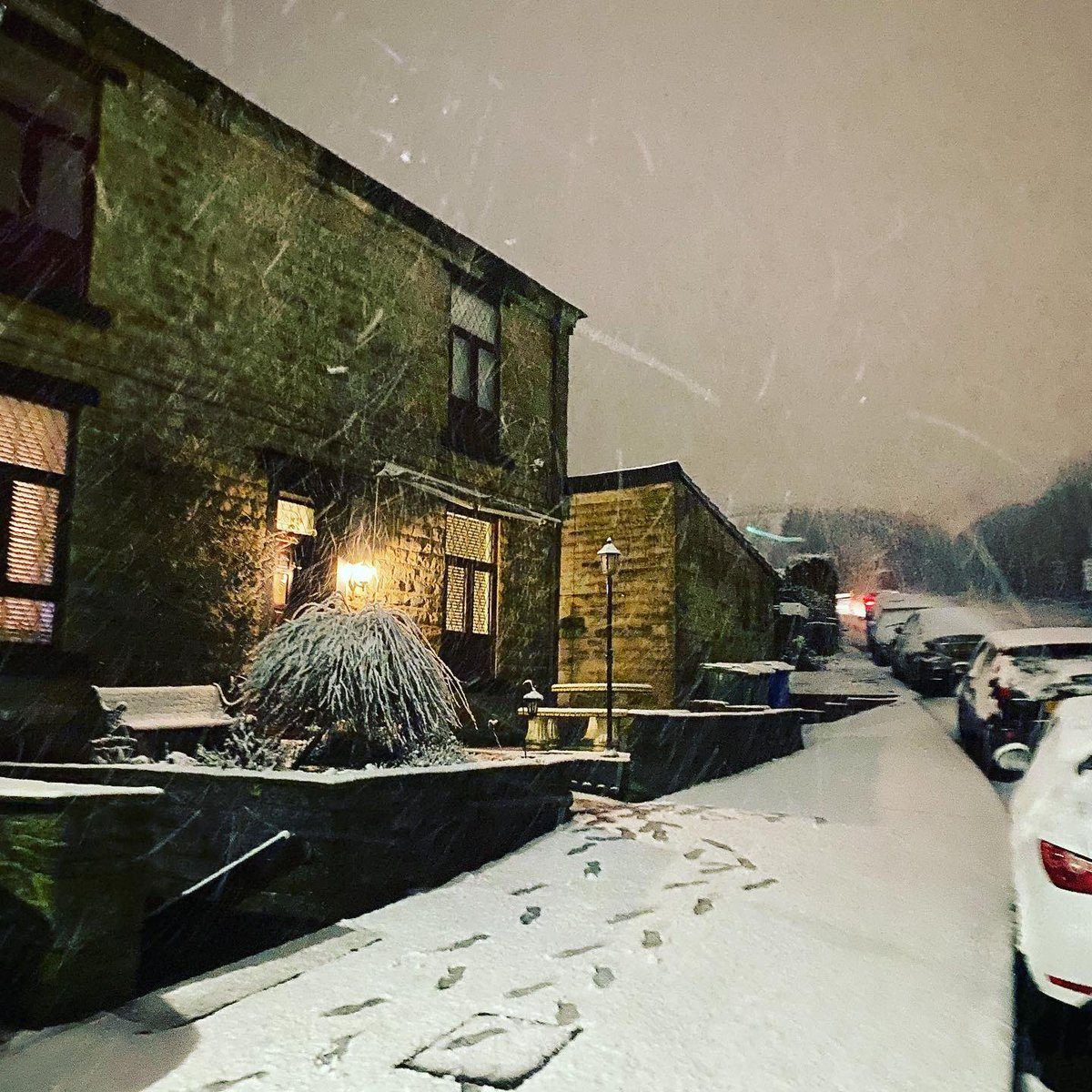 So at 6pm this evening it was raining and every where was sodden wet. Fast forward to 9.30pm and there's snow, coming down fairly quick and it's sticking! ❄️⛷☃️⛄️🌨🏂🏔 #snow #rossendale #haslingden #graneroad #weather #stormchristoph https://t.co/M6I9a8iDrT