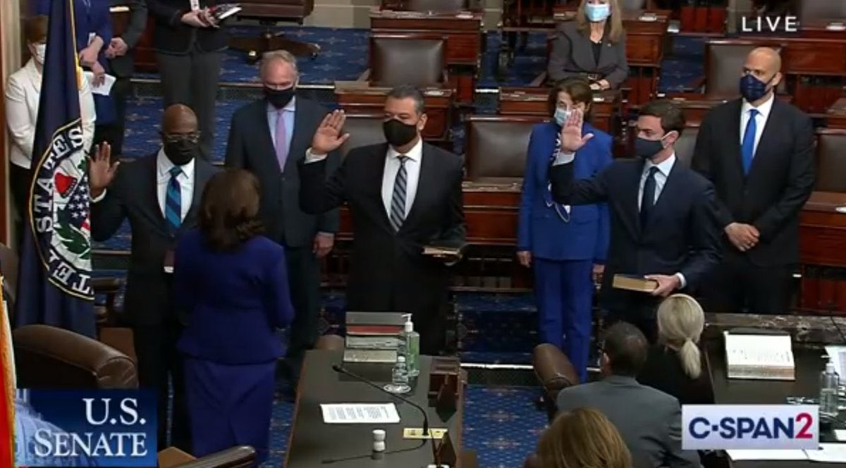 🍑 Georgia's new U.S. Senators @ossoff and @ReverendWarnock are officially sworn in by @VP https://t.co/84XKnO5ODz