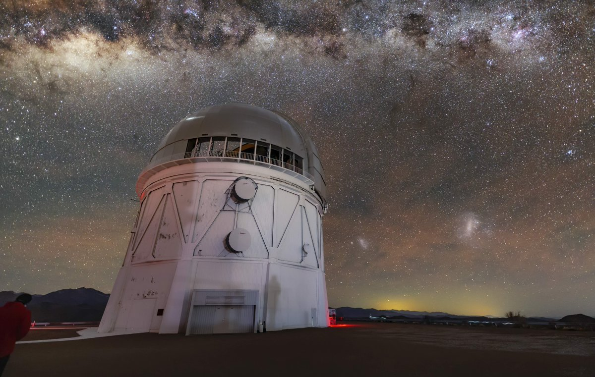 In this #NOIRLab #ImageOfTheWeek the dark cloud-like structures pictured above the Víctor M. #Blanco 4-meter #Telescope are dusty areas of the #MilkyWay that absorb visible light & the bright glittering fringes are thousands of #stars. @cerrotololo