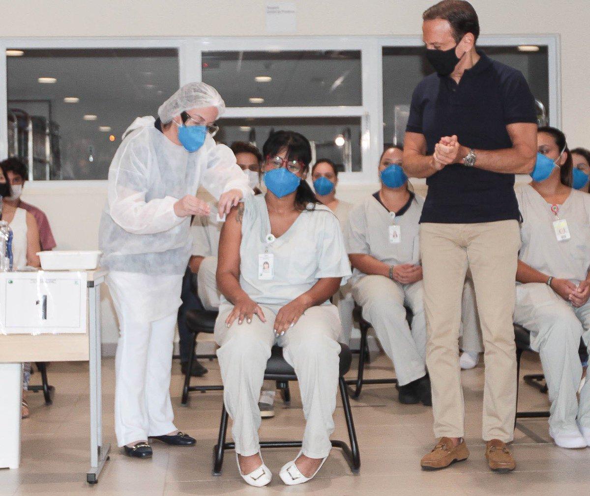 Estive em Sorocaba para a vacinação dos profissionais de saúde, no Hospital Regional Dr. Adib Jatene. A técnica de enfermagem Michelle Costa, de 41 anos, foi a primeira a ser imunizada. Na atualização do Vacinômetro, SP já vacinou 22.100 profissionais de saúde contra a Covid-19.