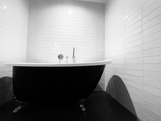 3 pic. I love a stand-alone tub 🖤🤍🖤 @JAYxALEXANDER https://t.co/S07JFysq0M