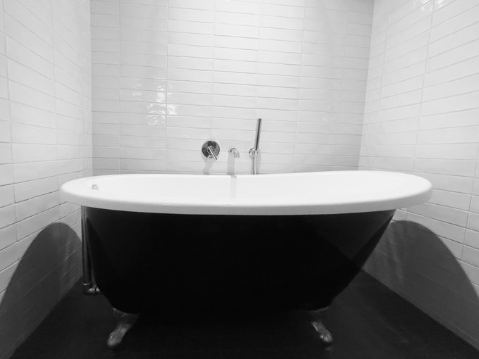 2 pic. I love a stand-alone tub 🖤🤍🖤 @JAYxALEXANDER https://t.co/S07JFysq0M