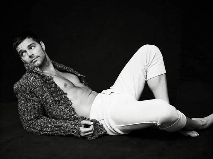 @ricky_martin black & white.  #RickyMartin #PausaPlay #Pausa #FamiliaVioleta #Argentina #FamiliaElite #MiSangre #Quiéreme #Simple #CaeDeUna #Recuerdo #Cántalo #Tiburones #TiburonesRemix