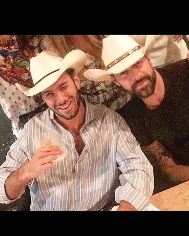 Estilo cowboy para @ricky_martin y #Jwan 🥰.  #RickyMartin #PausaPlay #Pausa #FamiliaVioleta #Argentina #FamiliaElite #MiSangre #Quiéreme #Simple #CaeDeUna #Recuerdo #Cántalo #Tiburones #TiburonesRemix