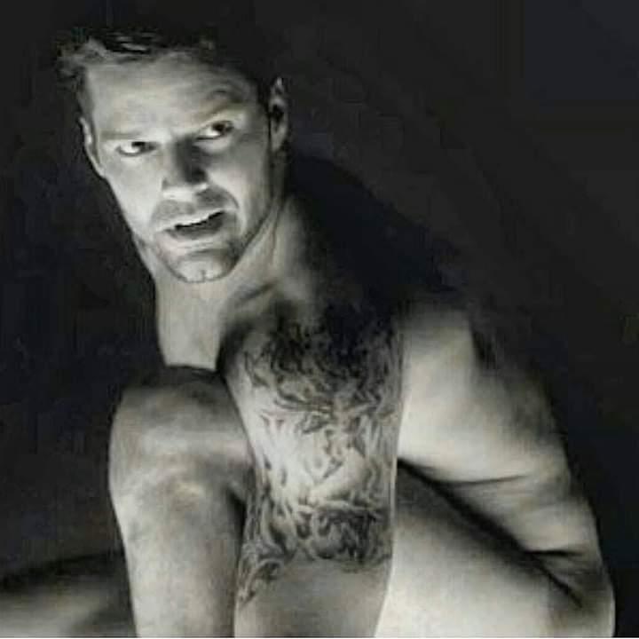 @ricky_martin súper sexy 💥💥💥💥💥!  #RickyMartin #PausaPlay #Pausa #FamiliaVioleta #Argentina #FamiliaElite #MiSangre #Quiéreme #Simple #CaeDeUna #Recuerdo #Cántalo #Tiburones #TiburonesRemix