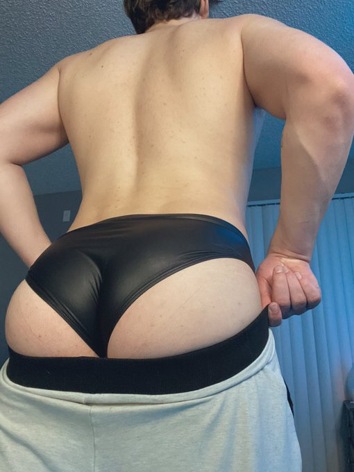 Leather booty and popping veins? https://t.co/kCzW3V2llX