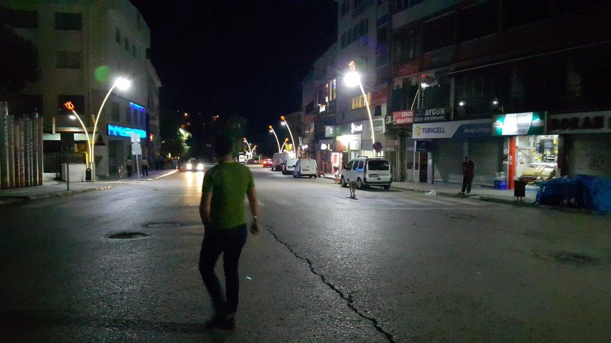 KORKUTAN DEPREM!  İzmir ve ilçelerinde hissedilen deprem paniğe yol açtı.  https://t.co/MFt2ohnQaE https://t.co/FZckXVxFMv