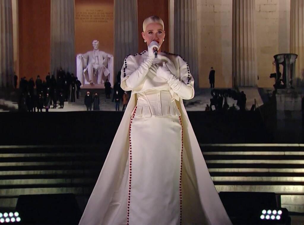 """""""Katy Perry apresentou uma performance perfeitamente patriótica no #CelebratingAmericado dia da #Inauguration.A estrela pop cantou """"Firework"""", que não poderia ser mais perfeita. Ela roubou o show com umaperformancecomoventeepoderosa."""" [+]  - E! ONLINE"""