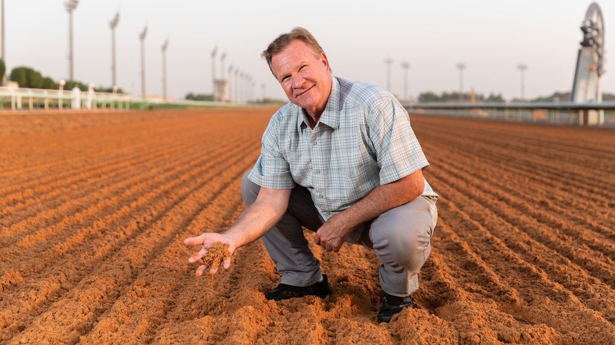 """🗣️ Update on the Dirt surface from Bob Turman:  """"It's very soft and yet they get a hold of it very well, so its consistently a good surface. It gives the horses an opportunity to come from off the pace, which is always exciting to see.""""  🇸🇦 🏆 #TheSaudiCup   Sat 20 Feb"""