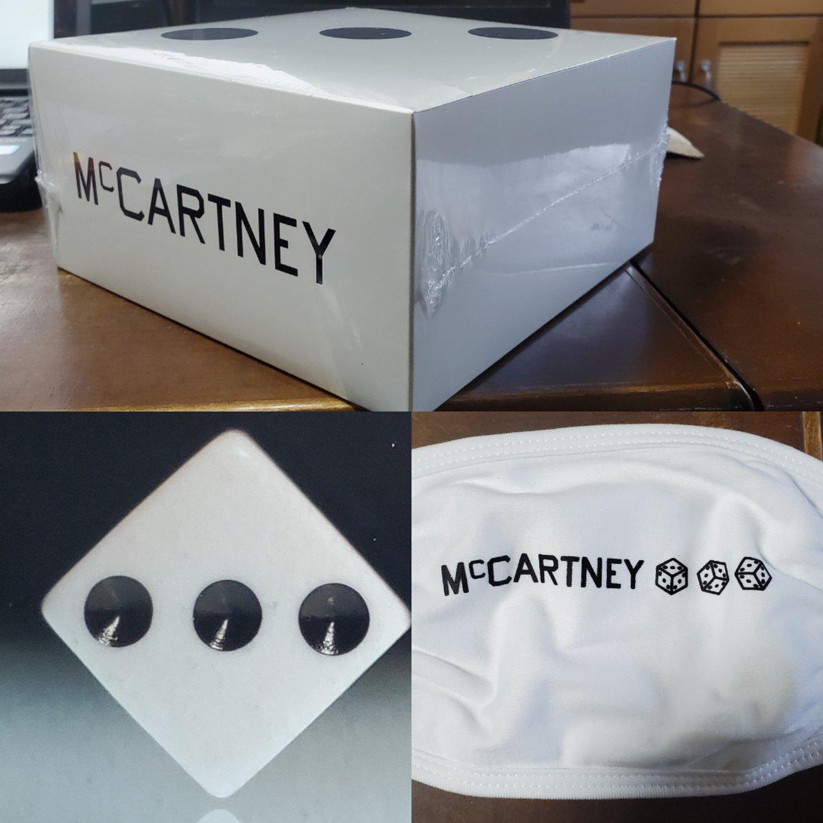 McCartney III - Secret Demo Edition White Cover CD and Mask Box Set が無事到着したが中身がマスクとCDだけなのに箱がイヤにデカイ。マスクは白なので普段使いできそうだが最近不織布マスク以外はしづらいので電車に乗らない日だけ使うか。 #PaulMcCartney  #McCartneyIII