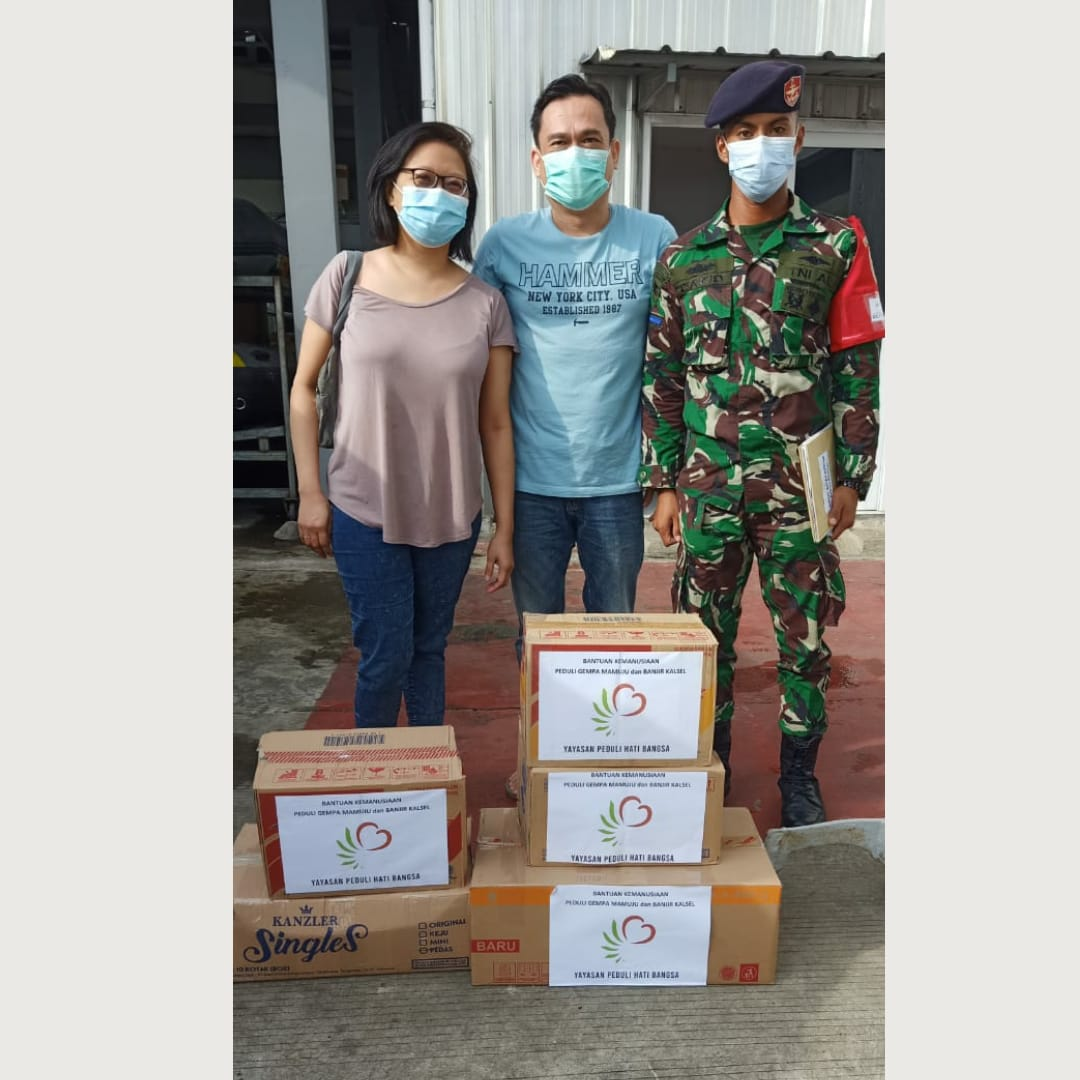 Today we had a chance to share some items and non perishable food to those affected by Mamuju earthquake and flood in South Kalimantan. Thank you so much Indonesian Navy for having us. Live to better the lives of others. #pedulihatibangsa  #Humanity https://t.co/aTfGpsnczA