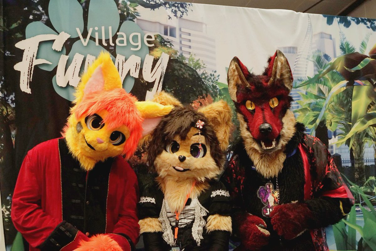 Bienvenue au Village Furry ! En ce lieu vous serez accueilli à bras ouvert, donc n'hésitez pas pour recevoir des câlins.   Photo prise par @furs_tipanda aux @GeekDaysShow de Rennes 2020.  #furry #fursuit #FursuitFriday