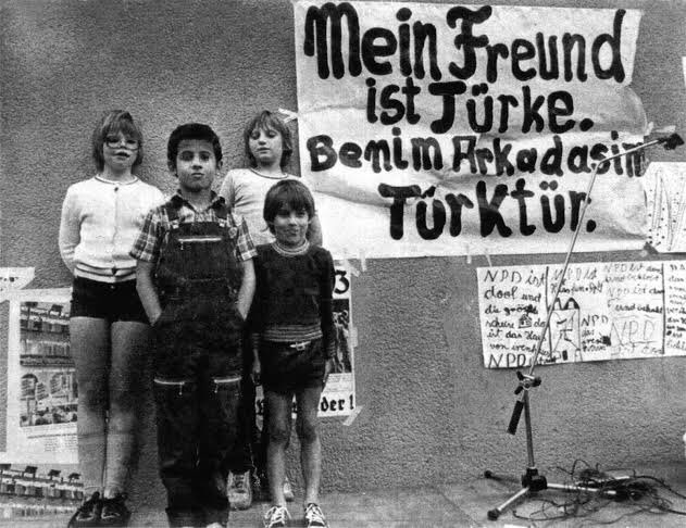 Bir zamanlarlar Kreuzberg ve Almanya'nın göçmen çocukları…   #Almanya #Berlin #Kreuzberg #tbt #tbt2021 #DiasporaTürk  @ailevecalisma  @familyandlabour  @ZehraZumrutS  @Ahmet_Erdem60