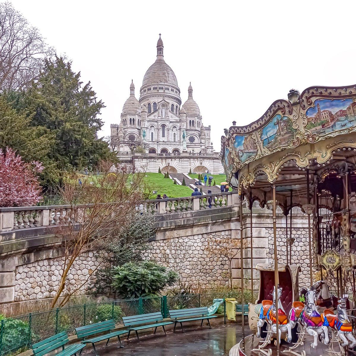 À Montmartre, le Sacré-Coeur veille. Point de vue iconique depuis la place Saint-Pierre - Paris 18  #parisladouce #paris #pariscartepostale #parisjetaime #cityguide #pariscityguide #paris18 #streetsofparis #thisisparis #parismaville #montmartre #sacrecoeur