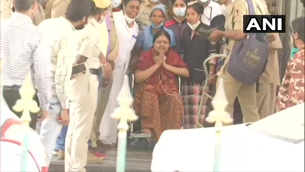 Karnataka: Former Tamil Nadu CM J Jayalalithaa's aide, #Sasikala being brought out of Bowring and Lady Curzon Hospital where she was taken to from Bengaluru Central Jail after she complained of fever. She is now being taken to Victoria Hospital in the city.