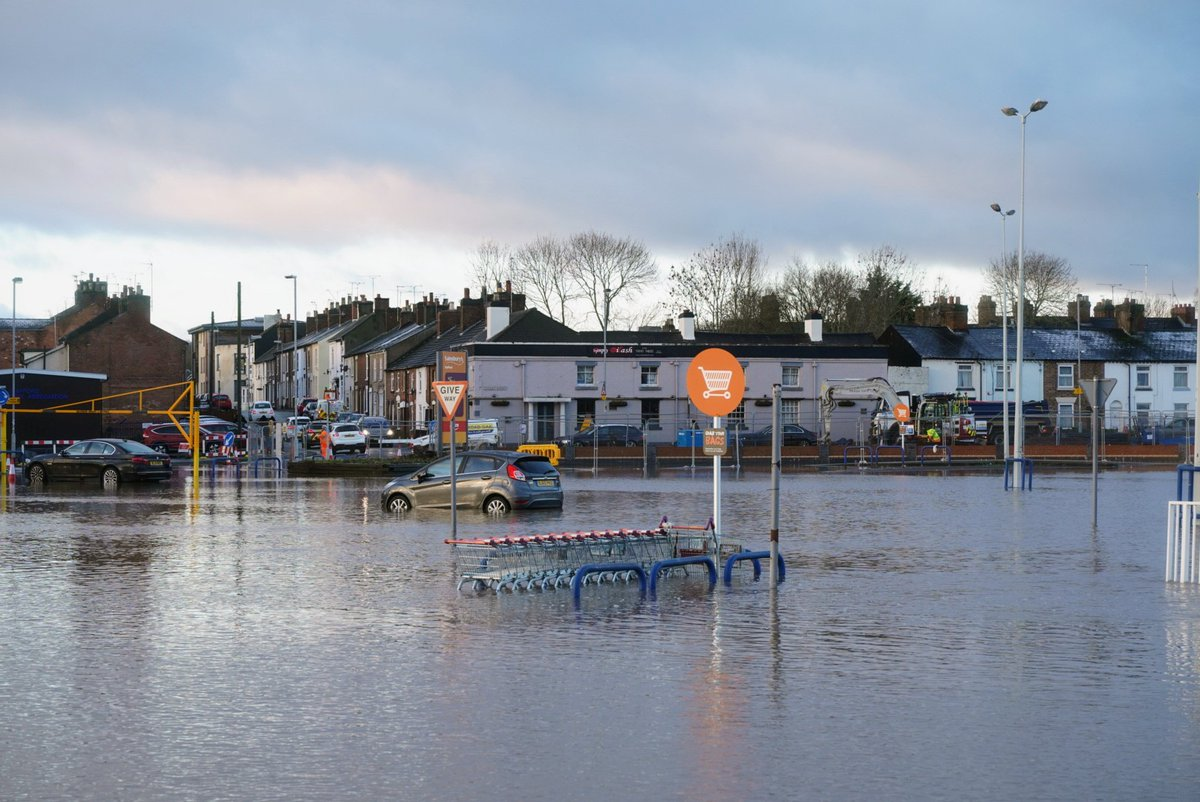 Sainsburys car park and Doxey Road are closed because of the flooding #Stafford @StaffsSkies @StaffsNews @Sotlive @ExpressandStar https://t.co/AHXq1NYcdM