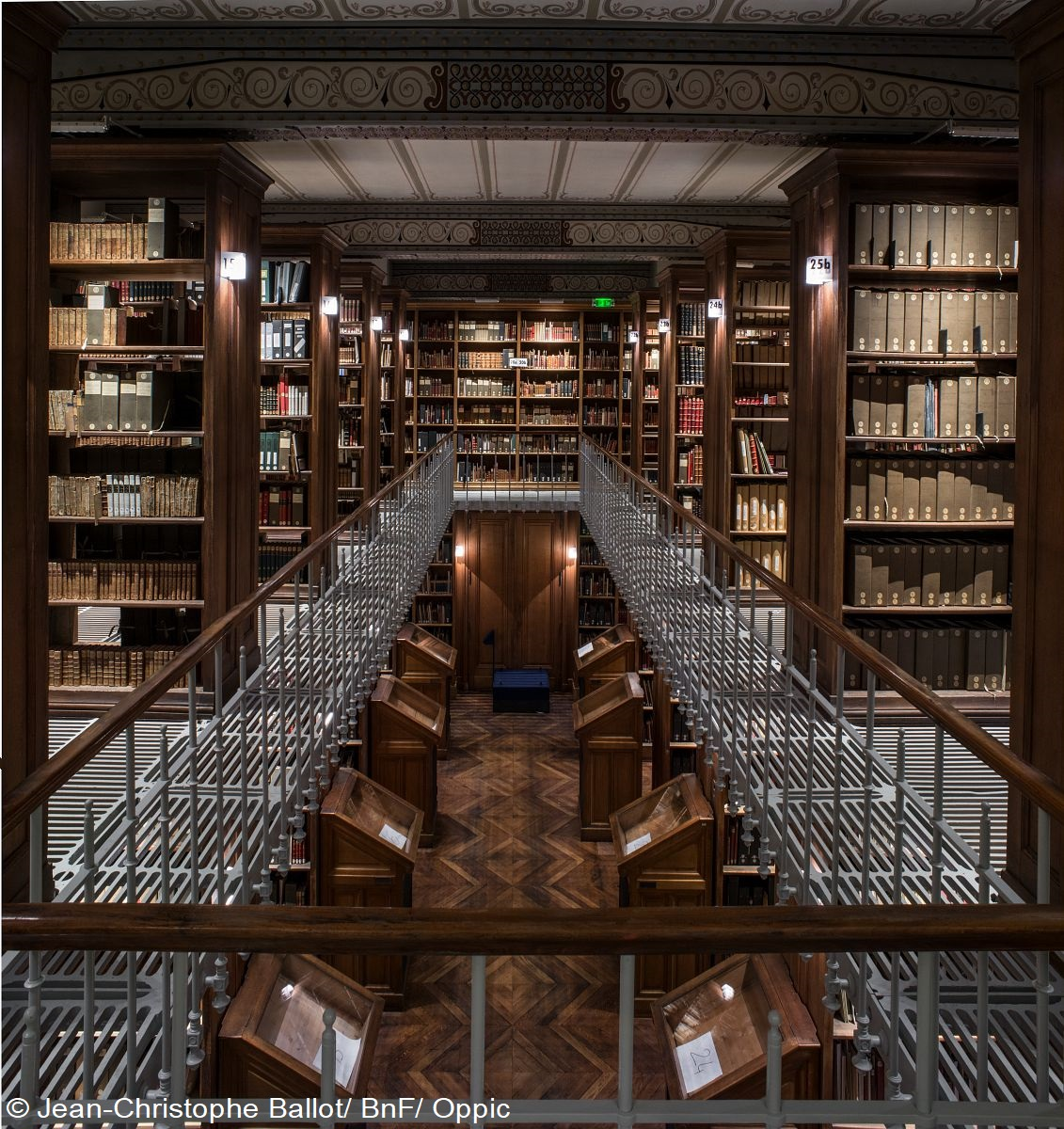 現在7 つの館で構成される🇫🇷国立図書館📖主に原稿、版画📜、地図🗺️、コインなどを保存するリシュリュー館は数年の改修期間を経て2017年に再び一般公開されました。有名なラブルスト観覧室は鉄、ガラス、陶磁器を使用した大胆なデザインで、当時の人々を驚かせたそうです✨ #読書の夕べ https://t.co/1gV0uC8Fhn