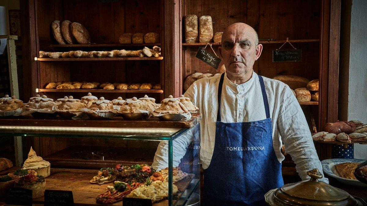 Tomeu Arbona, repostero y cocinero en el #FornetDeLaSoca, recibe el Premi Ciutat de Palma de Gastronomía 2021 @ajuntpalma por su proyecto Fornet de la Soca – Arqueologia Gastronòmica Local 🌿 ¡Enhorabuena!  📸 @NandoEstevaPF x Chefs(in) Magazine   #palma #mallorca