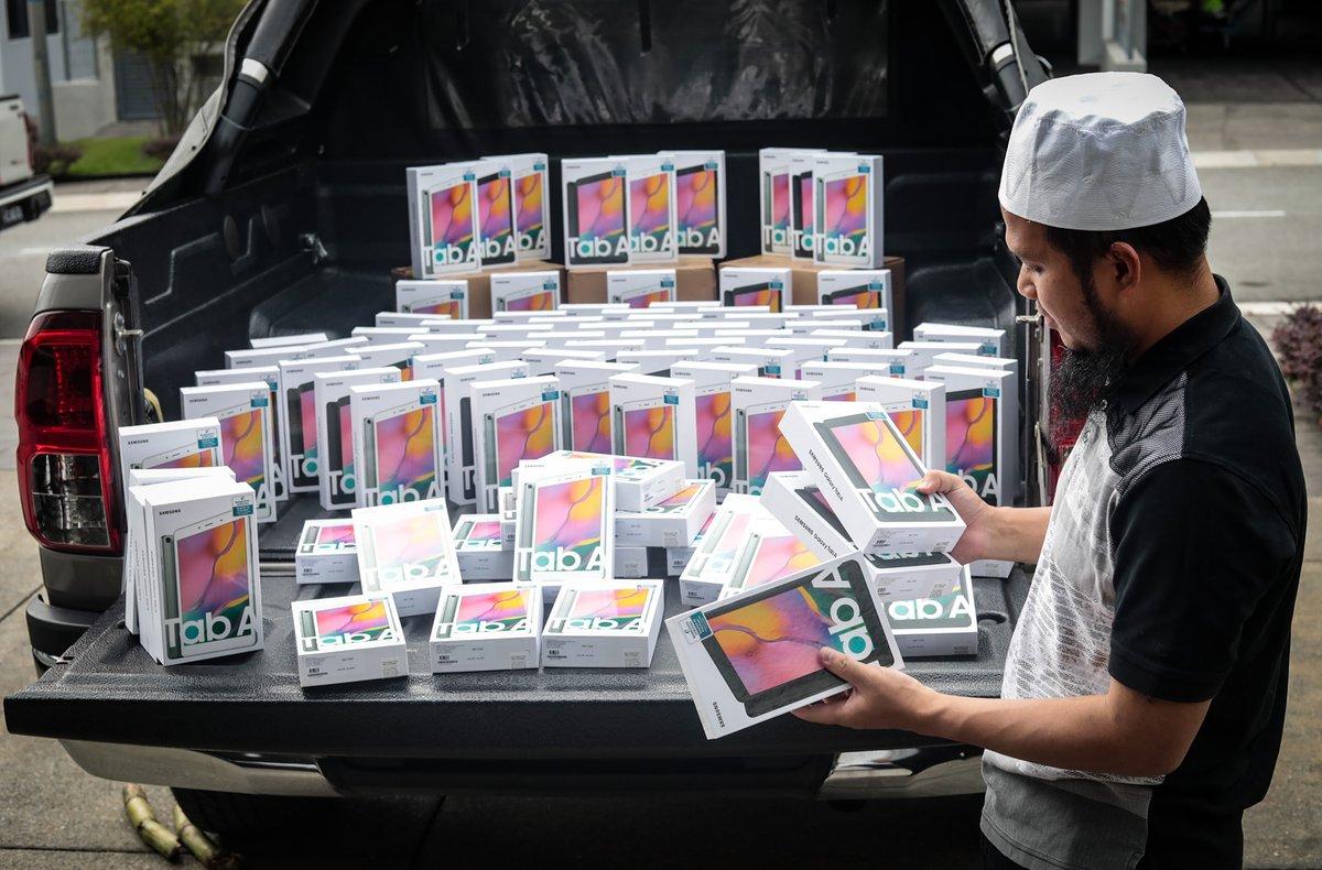 Ustaz Ebit Lew harini telah membeli 100 Tab untuk dihadiahkan kepada pelajar yang memerlukan untuk kelas online. Siapa benar-benar memerlukan perlu boleh hubungi 0175870294.