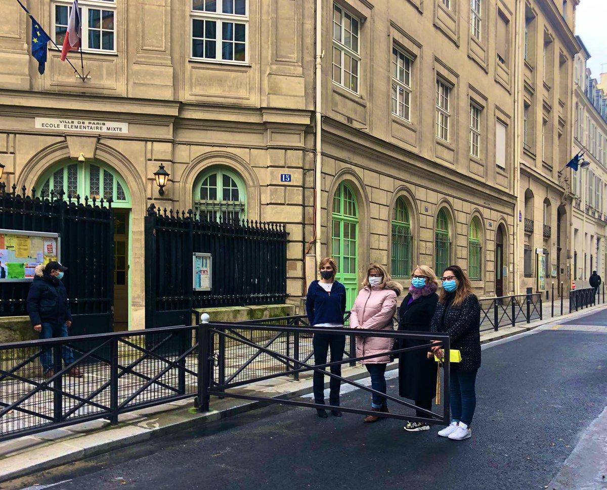 Moins d'un an après la pose d'une barrière rue Charlemagne, et après la création de 2 parvis entièrement piétonniers devant des écoles, nous avons étendu le dispositif de barrières pivotantes à 4 nouvelles rues aux écoles de #ParisCentre. Ce n'est pas fini. Priorité aux jeunes !
