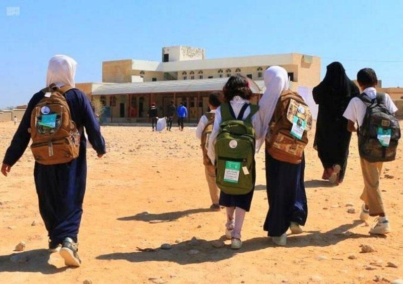 """""""إغاثي الملك سلمان"""" يوزع 1,100 حقيبة مدرسية في """"سيحوت المهرة""""."""