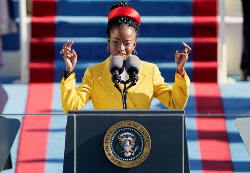 """تعرّف على الشاعرة السمراء ذات الرداء الأصفر التي ألهبت مشاعر الأمريكيين على منصة تنصيب """"بايدن""""."""