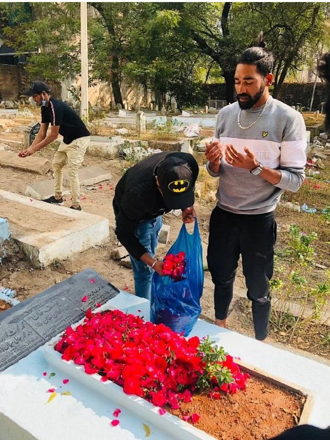 Brave  #Siraj paying homage at the grave of his father Mohd Ghouse who passed away when he was on tour outside the country; God bless you brother 🙏🏻✊🏻. #MohammadSiraj