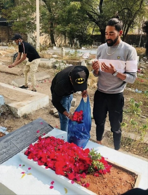 India's hero #Siraj paying homage at the grave of his father Mohd Ghouse who passed away when he was on tour outside the country; the son has returned after fulfilling the father's much cherished dream to see his son play for the country & make it win. #mohammedsiraj